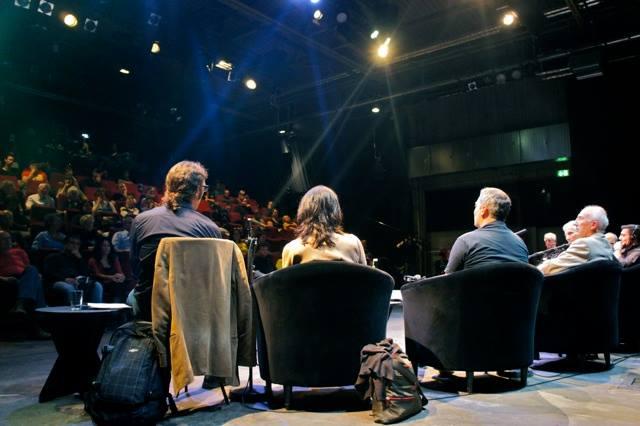 Diskussionsrunde und Zuhörer.