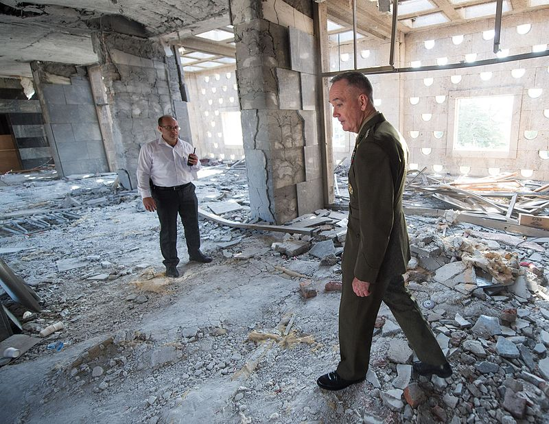 (US-General Joseph F. Dunford beim Besuch eines Teils des beschädigten Parlaments am 1. August 2016 Gemeinfrei, File:160801-D-PB383-016 US-General Joseph F. Dunford Jr. tours parts of the Turkish Grand National Assembly that were destroyed during the failed July 15 coup in Ankara.JP)