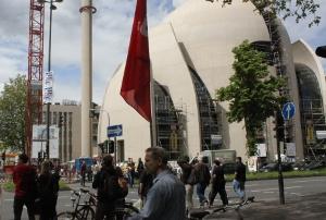 Abseits vom Geschehen: Demonstrant mit DKP-Fahne.