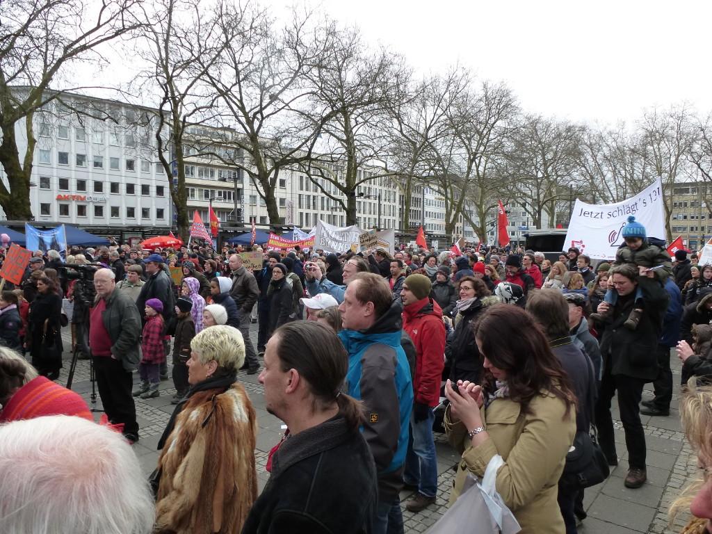 Demonstranten mit Transparenten und Fahnen.